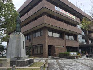 舞鶴市西支所と有本國蔵銅像